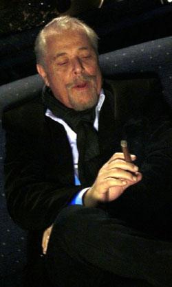 محمود عبد العزيز في مشهد من المسلسل