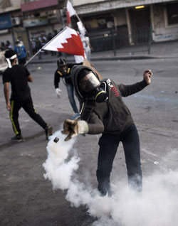 المواجهات بين المحتجين والشرطة البحرينية لم تتوقف (أ ف ب)