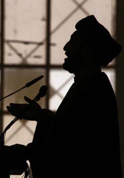حذر رئيس «المجلس الأعلى» عمار الحكيم من تحركات مشبوهة لجر الفوضى إلى الجنوب (أ ف ب)