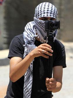 يستخدم الشبان أدوات بسيطة كالعصي والكشّافات وكاميرات للتوثيق (آي بي ايه)