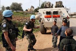 جنديّان فرنسيّان من القوّات الدوليّة يلعبان مع أطفال في بلدة يارين في الجنوب الجمعة الماضي (أ ب)