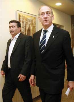 اولمرت وبيرتس لدى وصولهما إلى جلسة الحكومة في القدس المحتلة أمس (رويتر