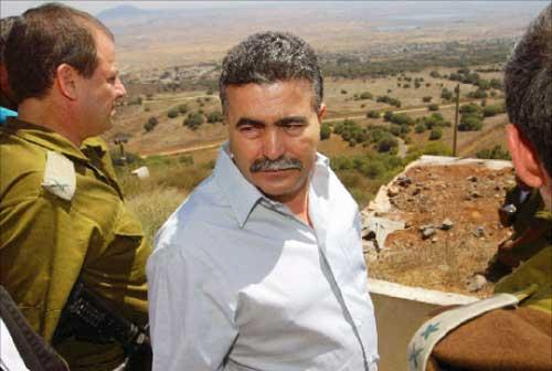 وزير الدفاع الإسرائيلي عامير بيرتس خلال جولة في مرتفعات الجولان المحتل أمس (رويترز)