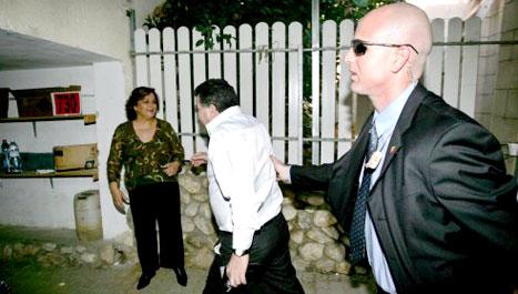 """بيرتس يتوجه إلى أحد الملاجئ بعد إطلاق صفارات الانذار من صواريخ """"القسام"""" في سديروت أول من أمس (إي بي إي)"""
