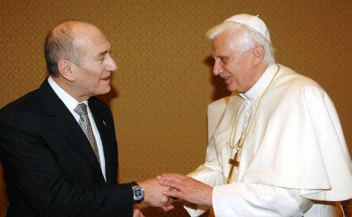 البابا بينيديكتوس السادس عشر وأولمرت في الفاتيكان أمس (أ ف ب)
