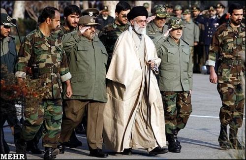 المرشد الأعلى للثورة الاسلامية في ايران آية الله علي خامنئي خلال عرض عسكري (ارشيف-مهر)