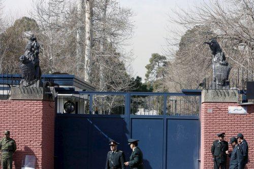 عناصر شرطة أمام السفارة البريطانيّة في طهران (إي بي أي)