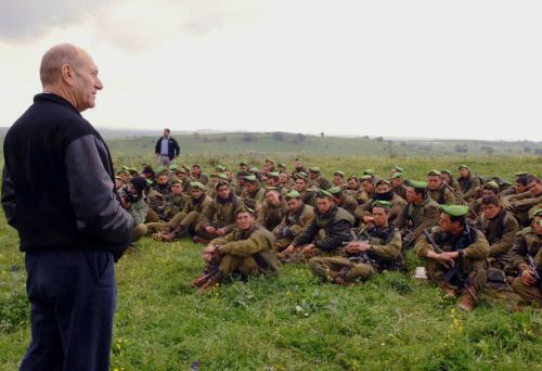 أولمرت يخاطب جنوده خلال تدريباتهم في الجولان المحتل في أذار الماضي (أ ب)