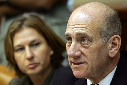 أولمرت وليفني خلال جلسة الحكومة في القدس المحتلة أمس (دايفيد سيلفر مان - رويترز)