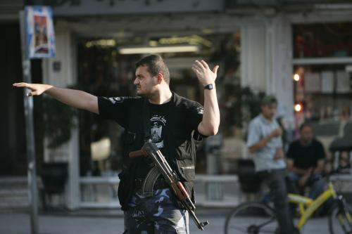 مسلح من حماس ينظم السير في غزة أمس (ليفتيريس بيتاراكس - أ ب)