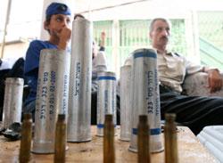 سكّان من البقيعة أمام رصاصات فارغة استخدمت لقمع التظاهرة (درور أرتزي ـ أ ف ب)