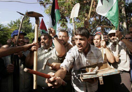 عمّال فلسطينيون يتظاهرون في غزّة أمس (ابراهيم أبو مصطفى ــ رويترز)