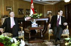 مبارك وبلير خلال اجتماعهما في شرم الشيخ أمس (ناصر ناصر ـ أ ب)
