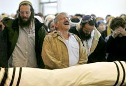 إسرائيليّون يهود يبكون مستوطناً قُتل برصاص فلسطينيين أول من أمس (جيل كوهين ماجن ـ رويترز)