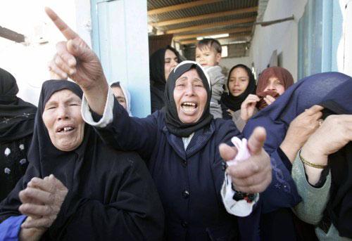 فلسطينيّات ينتحبن خلال تشييع الشهيد خليل الأسود في غزّة أمس (إبراهيم أبو مصطفى ـ رويترز)