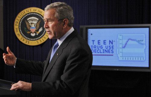 جورج بوش خلال لقاء عن الإدمان لدى المراهقين في «مبنى أيزنهاور» في واشنطن أمس (تشارلز دارباك ـ أ ب)