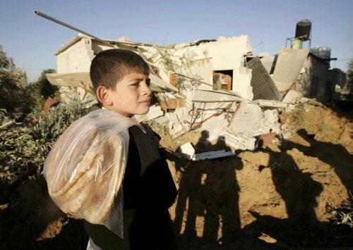 فلسطينيّ قرب منزل هدمته قوّات الاحتلال في جنوب قطاع غزّة أمس (إبراهيم أبو مصطفى ـ رويترز)