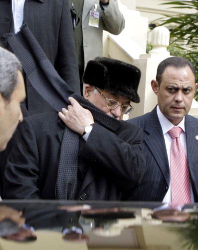 عبّاس عند مغادرته القصر الرئاسي في القاهرة أمس (عمرو نبيل ــ أ ب)