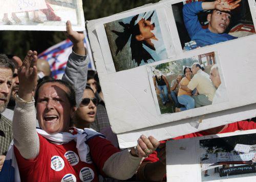 إسرائيليّون يطالبون بحملة عسكريّة على غزّة في القدس المحتلّة أول من أمس (رونين زفولون ـ رويترز)