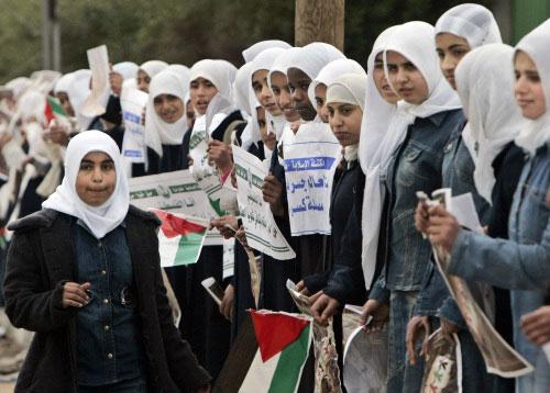 فلسطينيات في تظاهرة «السلسلة البشريّة» في بيت حانون أمس (حاتم موسى ـ أ ب)