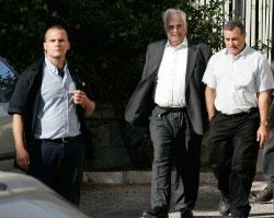 تالينسكي (في الوسط) يغادر قاعة المحكمة في القدس المحتلة أمس (سيباستيان شاينر ـــ أ ب)