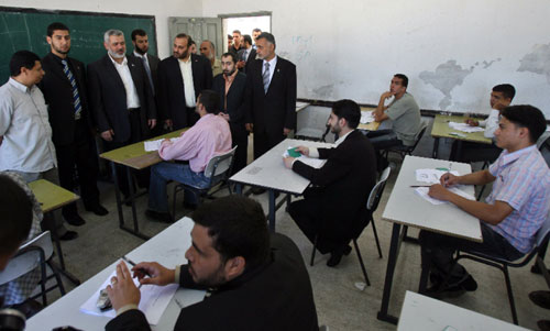 هنيّة يزور طلّاباً خلال تأديتهم امتحاناتهم في غزّة أمس (محمود حمس ـــ أ ف ب)