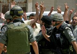 جنود إسرائيليّون يفتّشون متظاهرين فلسطينيّين في مدينة نابلس أمس (جعفر اشتيه ــ أ ف ب)