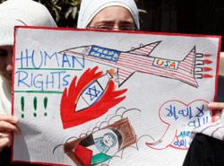 أردنيّون يتظاهرون ضدّ استمرار الحصار المفروض على غزّة في عمّان (ماجد جابر ــ رويترز)