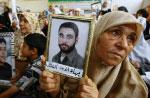 فلسطينيّة تطالب بتحرير أسير لدى سجون الاحتلال أمام مقرّ الصليب الأحمر في غزّة أمس (محمد عبد ــ أ ف ب)