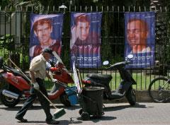 صور ريغيف وغولدفاسر وشاليط في تل أبيب (أرييل شاليط ـــ أ ب)