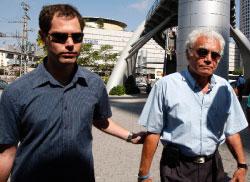 والد ريغيف وشقيقه في وزارة الدفاع الإسرائيليّة الأسبوع الماضي (جيل كوهين ـــ رويترز)
