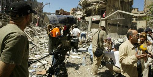 يعرض الشريط مشاهد من اقتحام الإسرائيليين لمنزل في قرية حولا الجنوبية