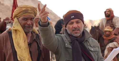 حاتم علي مع محمد مفتاح خلال تصوير «صراع على الرمال»
