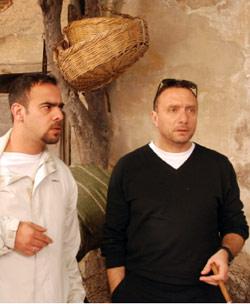 باسل الخطيب (يمين) خلال تصوير المسلسل في أحياء دمشق القديمة