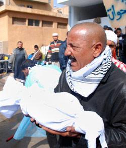 يحمل بقايا جثة في بنغازي امس (القري ــ أ ب)