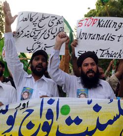 باكستانيون يتظاهرون ضد طالبان والقاعدة في لاهور (عارف علي ــ أ ف ب)