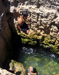 اطفال مصريون يسبحون قرب الاسكندرية (عمرو عبد الله دلش ــ رويترز)