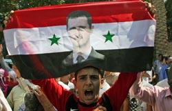 متظاهر مؤيّد للرئيس السوري في دير الزور الثلاثاء الماضي (باسم تلّاوي ــ أ ب)