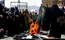 يمنيات يحرقن محارمهنّ في صنعاء أمس (مروان النعماني ــ أ ف ب)