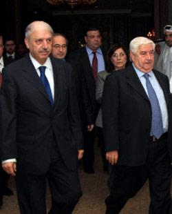 الوفد السوري برئاسة المعلم في الدوحة أمس (رويترز)