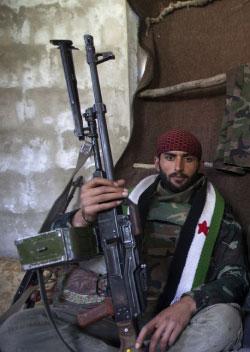 مقاتل من «الجيش السوري الحر» (غيغوس موتافيس ـ أ ف ب)