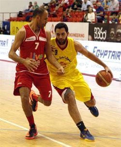 أفضل مسجّل في الرياضي أحمد إبراهيم يحاول تخطي لاعب مغربي