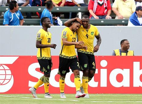 لاعبو جامايكا يحتفلون بالهدف الأول ضد كوستاريكا (ستيفان دان ـ أ ف ب)