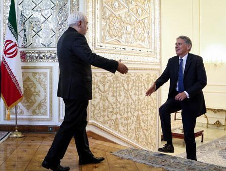 ظريف يستقبل هاموند عند وصوله إلى وزارة الخارجية في طهران (الأناضول)