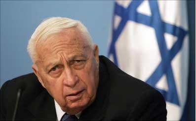 صورة من الأرشيف لرئيس الوزراء الإسرائيلي السابق آرييل شارون الذي شهدت