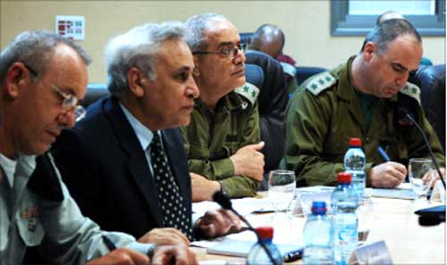 الرئيس الاسرائيلي ورئيس الاركان دان حالوتس  (ا ف ب)