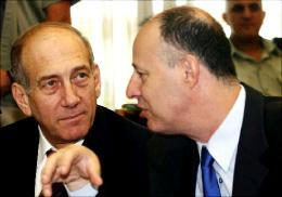 اولمرت مع الوزير تساحي هنغبي في القدس المحتلة أول من أمس ( إي بي أ)