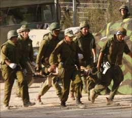 جنود إسرائيليون ينقلون زميلاً لهم مصاباً خلال المعارك مع حزب الله في جنوب لبنان (أرشيف)
