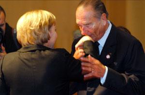 الرئيس الفرنسي جاك شيراك يقبل ميركل في هلسنكي أمس (أ ب)
