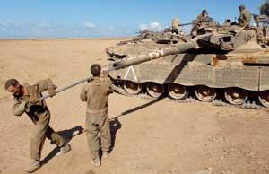 جنود إسرائيليون عند أطراف غزة أمس (رويترز)